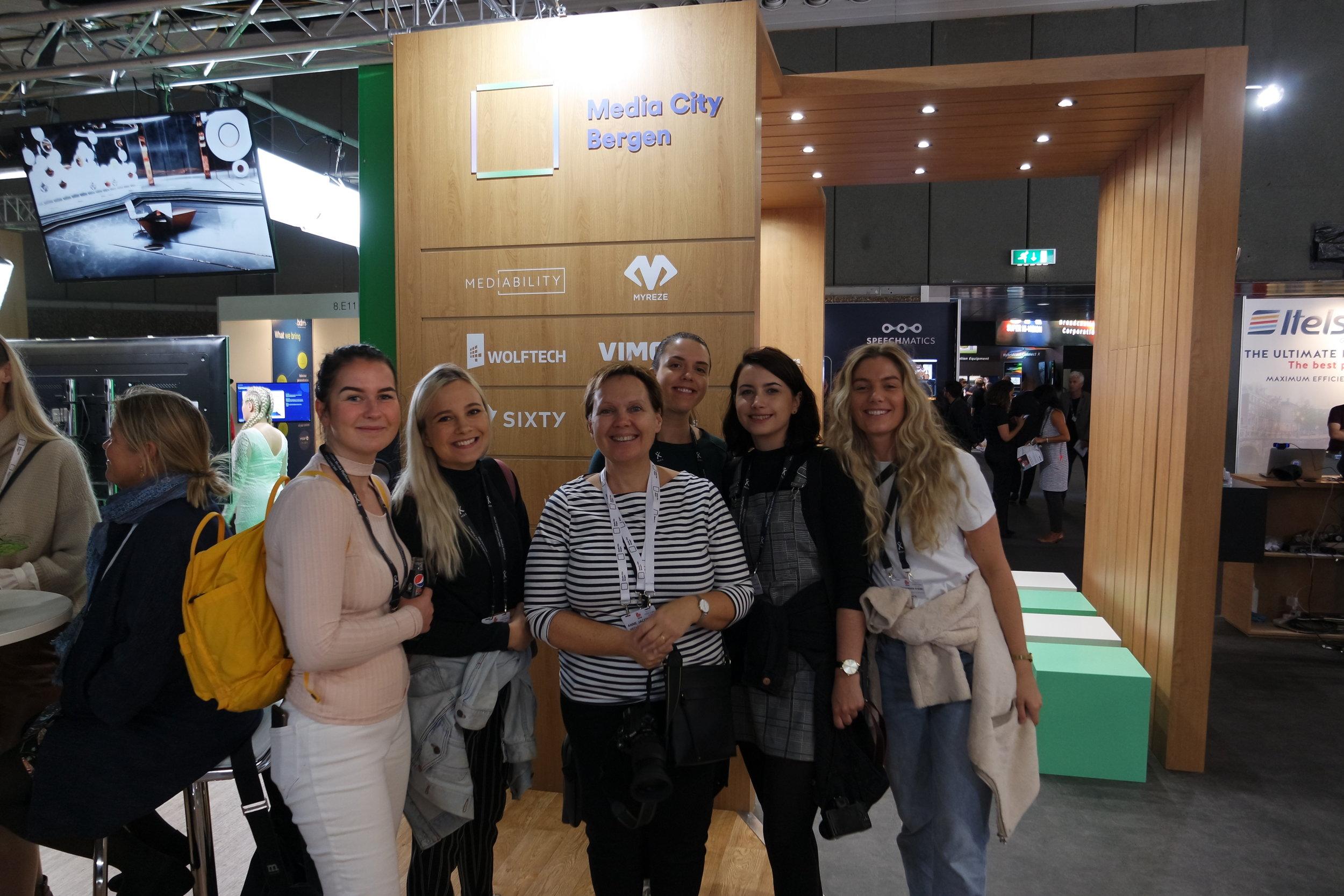 Johanne, Oda, Ingvild og Sara sammen med Anne Jacobsen fra NCE Media på Media City sin stand. Foto: Malin Fjell Olsen