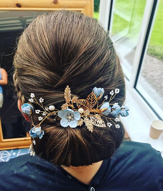 Bride Jeni chose the perfect hairstyle to compliment her STUNNING hair accessory! Isn't it gorgeous?! Purchased from @etsyuk  Soooo Pretty 🥰🥰🥰🥰