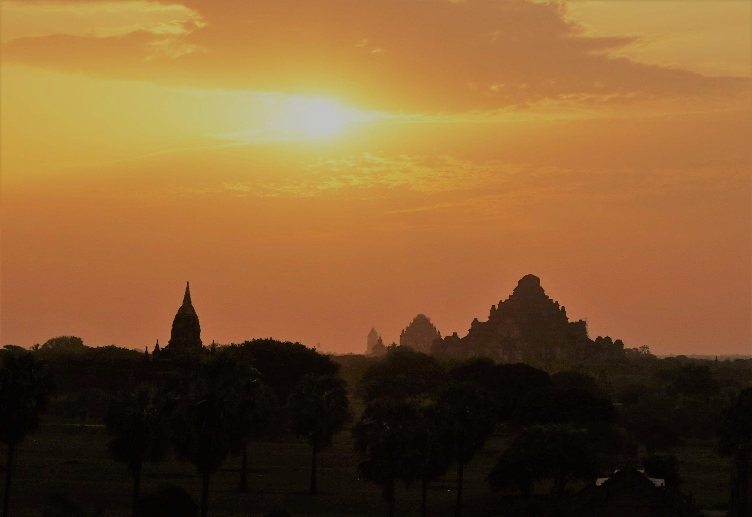 bagan6 Sunrise over Dhammayangyi (2).JPG