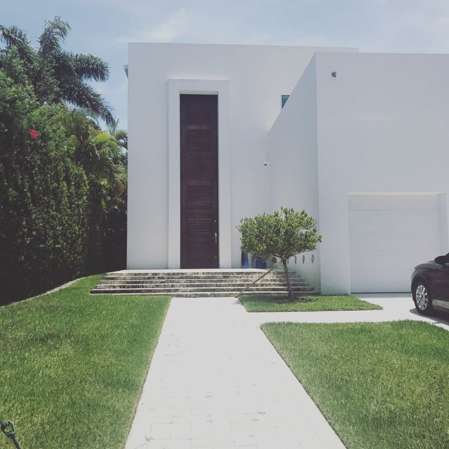 On this #openhouse Sunday, we couldn't help but stop and stand in awe of this dramatic door on #biscayaisland in #surfside. Enough to stop you in your tracks! #bolddesign #miamihomes #mpgroupmia