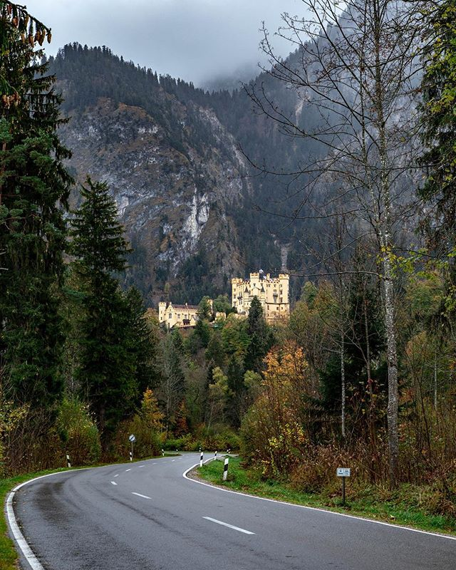 Hohenschwangau Castle is often overlooked given it's close proximity to Neuschwanstein, but is still impressive in it's own right. . . #hohenschwangau #schlossneuschwanstein #germany🇩🇪 #germancastles #castle