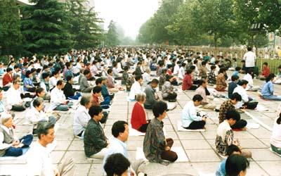 1998年,北京市民晨煉法輪功場景(明慧網資料圖片)