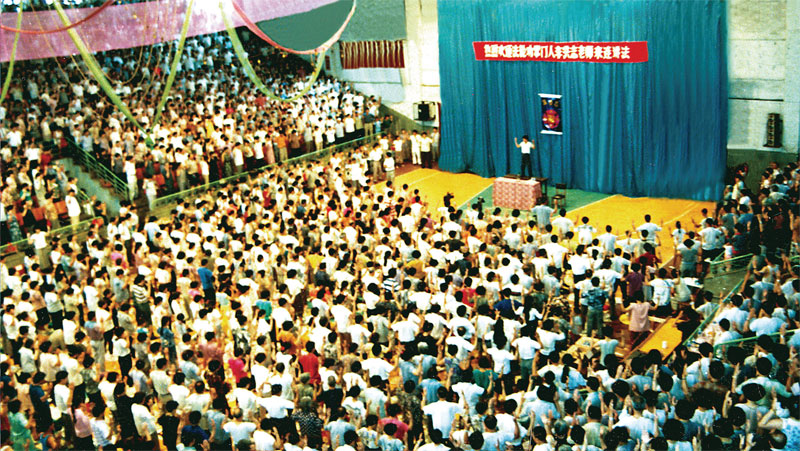 1994年7月,李洪志先生在中國法輪功大連第二期面授班上傳授法傳功。(圖片來源:明慧網)