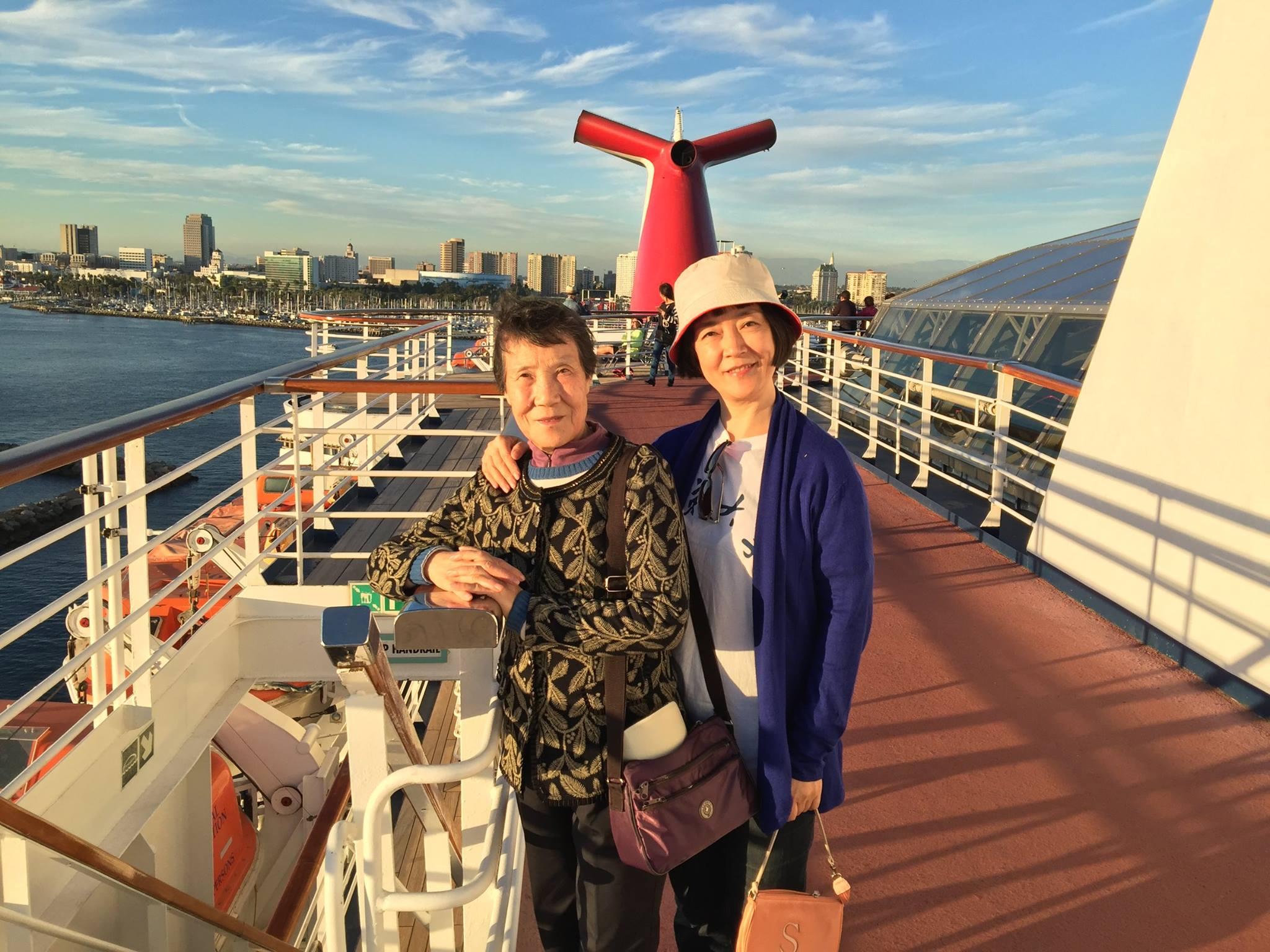 On the deck of Carnival Imagination with my mom in golden sunset light. 在金色的夕陽中,與母親一起登上狂想號遊輪(Carnival Imagination)