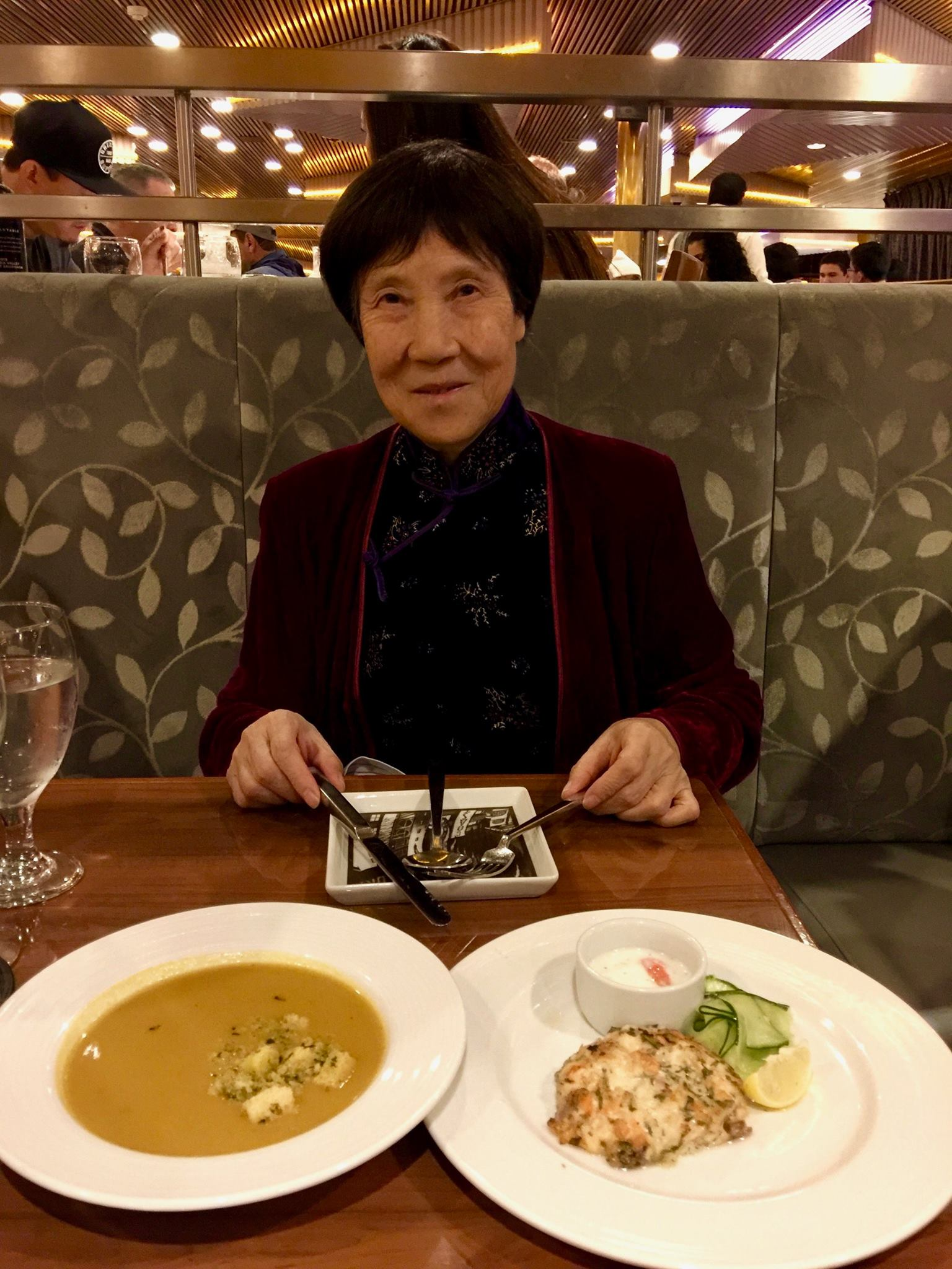 Jennifer's mother at dinner table on Carnival Imagination. 曾錚的母親在狂想號遊輪(Carnival Imagination)的餐桌旁。