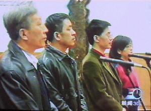 99年12月26日,法輪大法原研究會成員李昌等四人在北京第一中級法院。(法新社圖片)