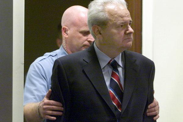 2001年7月3日,米洛舍維奇在聯合國戰爭罪犯法庭接受審判。(Getty Images)