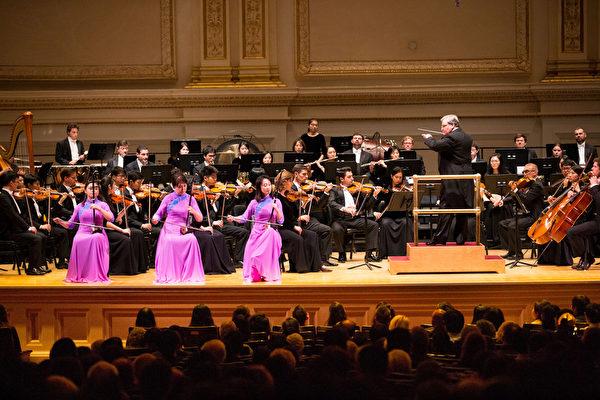 10月14日晚間,神韻交響樂團二胡演奏家戚曉春、孫璐與王真在演出中。(戴兵/大紀元)