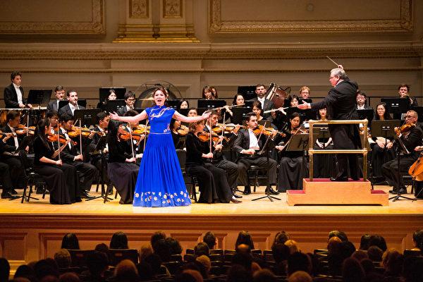 10月14日晚間,神韻交響樂團女高音耿皓藍演唱《梅花》。(戴兵/大紀元)