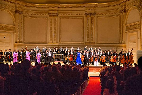 10月14日晚,紐約卡內基大廳(Carnegie Hall)主廳, 神韻交響樂團 演出謝幕,全場觀眾起立鼓掌。(戴兵/大紀元)