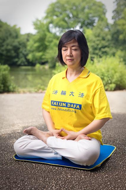 Jennifer doing Falun Gong meditation at Prospect Park in New York on June 29, 2017 (Credit: Benny Zhang )