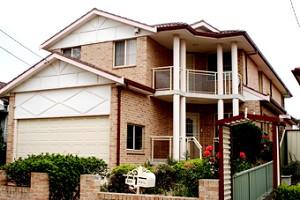 這是一套華人朋友自建的雙層house,有六個睡房,是把原來的舊房子推倒了按自己的設計重建的。買地和建房,一共花了50 多萬澳元。後來沒怎麼加價就賣出去了。之後的那個主人幾年後再出手時,這套房的價格已升至90多萬。
