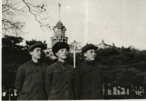 少年時期的楊軍(左)