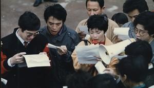 楊軍(左)等學運領袖在悉尼中領館前悲憤地宣讀抗議六四屠殺聲明。