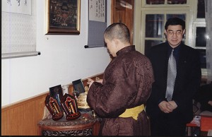 楊軍:「我四處訪廟問佛,法師盯著的,卻只是我的腰包。」