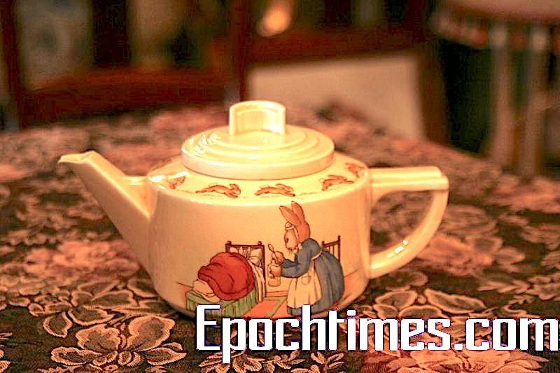 制於1938年的Art Deco風格茶壺的另一面:媽媽餵孩子吃藥。結了婚,就會有孩子;有孩子,就會生病哦!