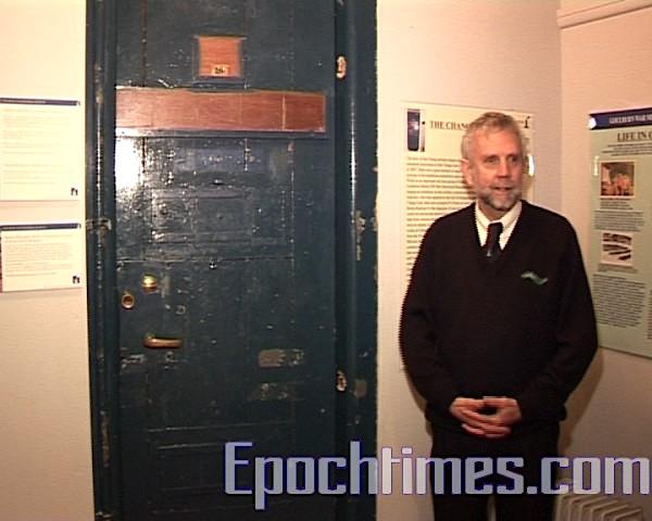 桑德斯館長向我們介紹世界上僅存的三面原樟宜監獄的門之一。
