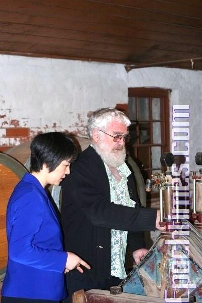 奧哈羅朗介紹麥粒加工程序。