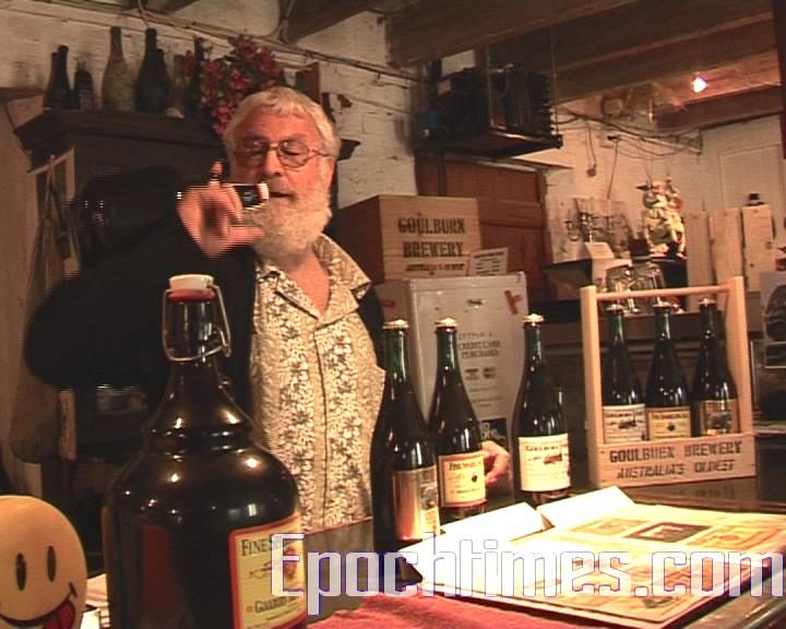 奧哈羅朗演示如何用叫做Stuby的大瓶子喝酒。