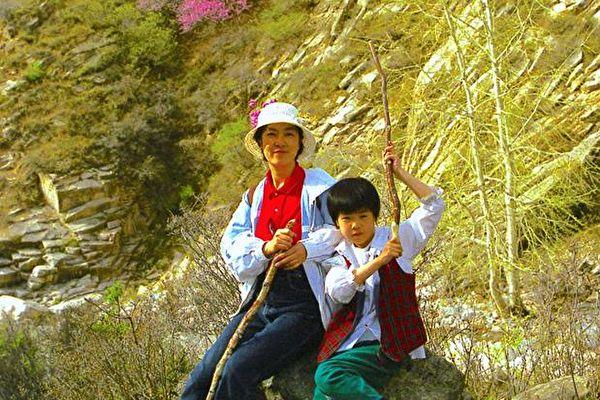 曾錚和女兒2004年5月攝於河北。
