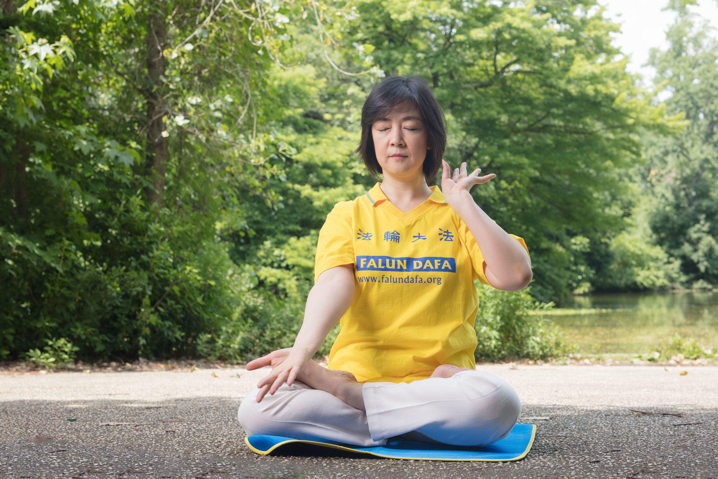 Jennifer practicing Reinforcing Supernatural Powers , the 5th exercise of Falun Dafa (also known as Falun Gong) in Prospect Park, New York, on June 29, 2017  2017年6月29日,曾錚在紐約展望公園煉 法輪功 第五套功法, 「神通加持法」   Photo credit: Benny Zhang Studio   攝影: 張炳乾