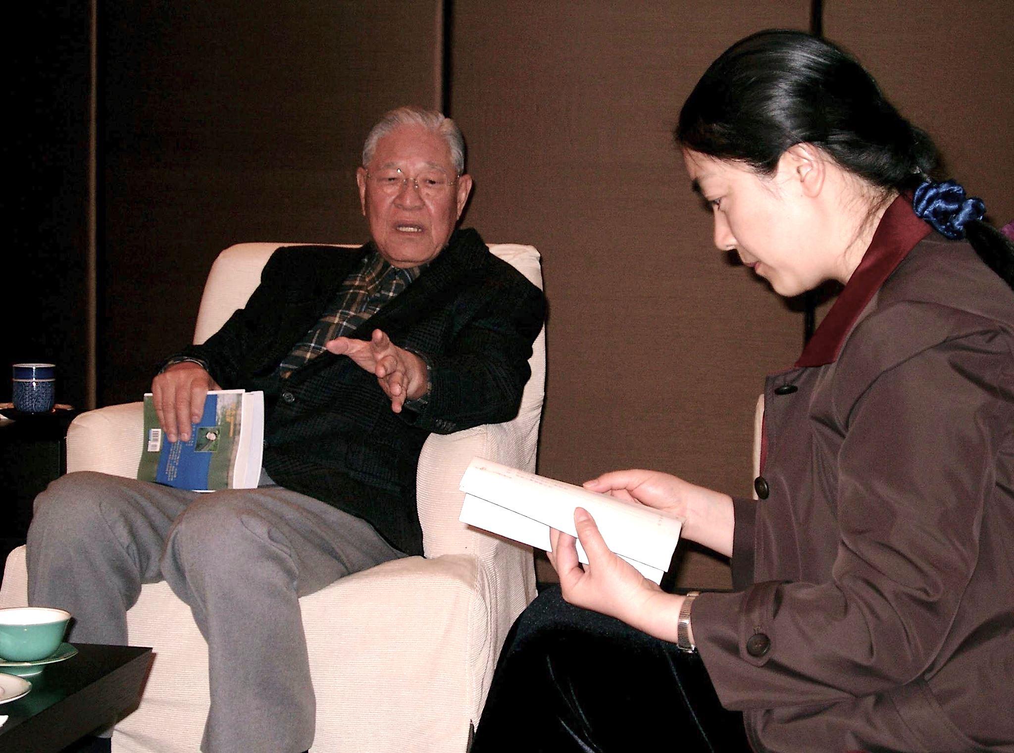 曾錚2004年1月在臺灣臺北發表新書《靜水流深》期間,拜會前總統李登輝。李登輝手持一本《靜水流深》與曾錚交談。交談中李登輝曾問:「我能为法輪功做点什么?」