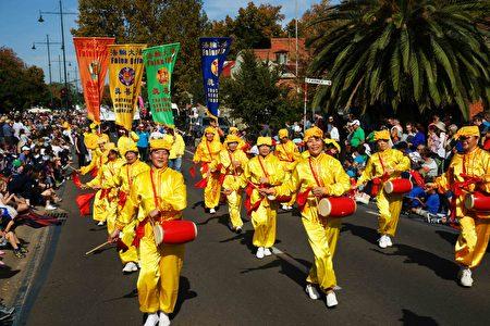 2017年4月16日,澳洲維州著名金礦班迪戈舉行復活節盛裝大遊行。圖為法輪功學員表演的腰鼓。(大紀元)