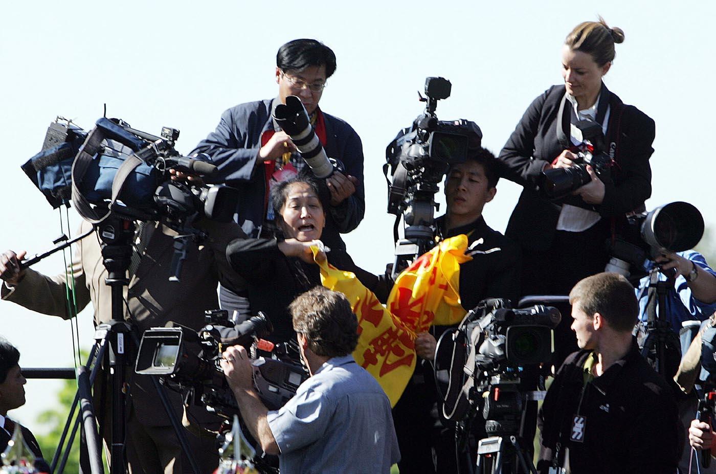 2006年4月20日,王文怡在白宮布什總統歡迎胡錦濤儀式上吶喊。