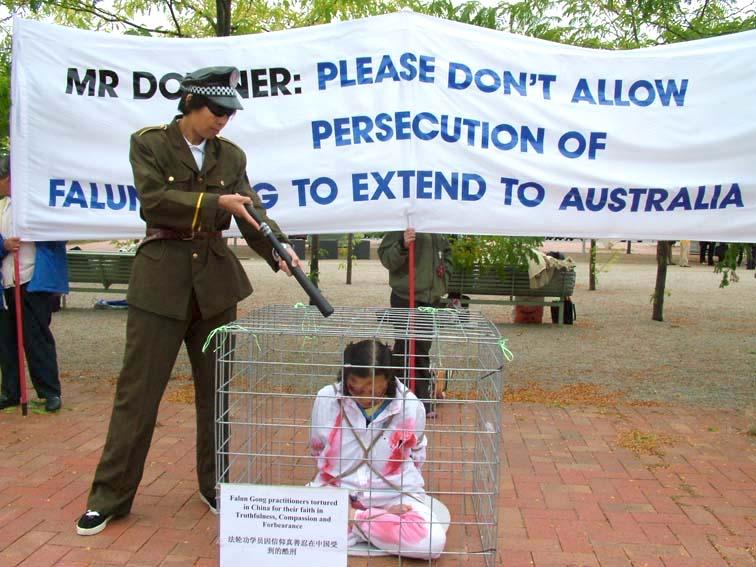 坎培拉外交部前的反酷刑展(大紀元)