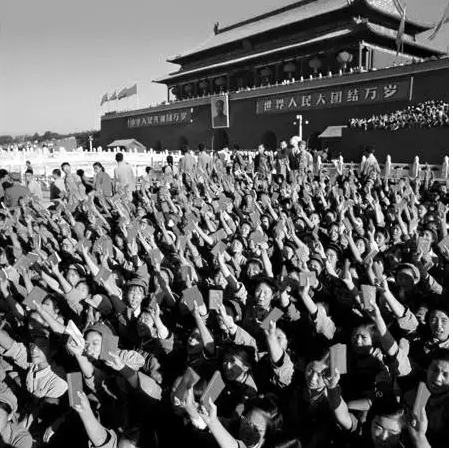 """Millions of """"Red Guards"""" made pilgrimages to Tiananmen Square to see and defend their """"Great Leader Chairman Mao"""" in person.成百上千萬狂熱的「紅衛兵」從全國各地涌入北京,用生命「捍衛」他們的「偉大領袖毛主席」。"""