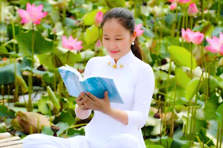 "Photo: A Vietnamese Falun Gong practitioner reading ""  Zhuan Falun  "", the main text  of Falun Dafa( this picture is not related to this article)  圖:一名越南女法輪功學員在閱讀《轉法輪》(此圖與本文無關)"