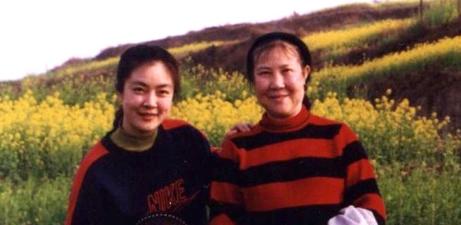 Jennifer with her mother in early 1999. This was the last photo taken before the persecution of Falun Gong began. Jennifer never expected that the persecution would occur. Nor did she realize that she would never have another chance to take a photo with her father. (Provided by Jennifer Zeng)