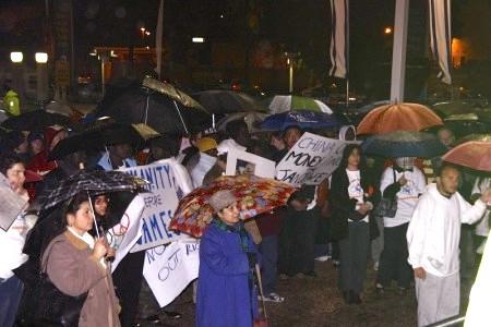 民眾冒雨參加集會。(Tikva Mahabad/大紀元)