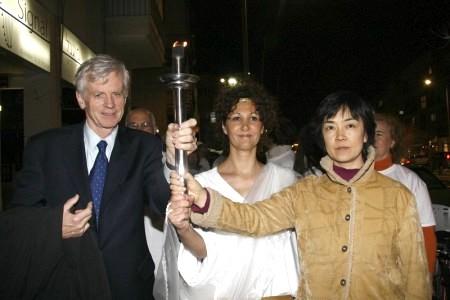右起:中國勞教所倖存者曾錚,裝扮成希臘女神的持火炬者,加拿大前亞太司司長大衛‧喬高。(Tikva Mahabad/大紀元)