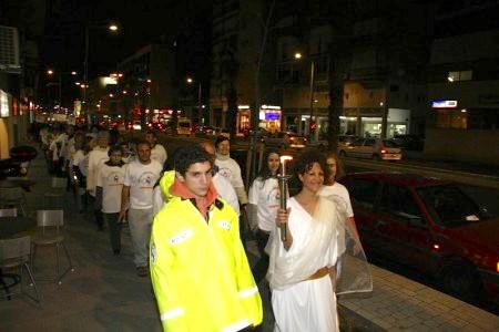 「人權聖火」火炬在特拉維夫市街道上遊行。(Tikva Mahabad/大紀元)