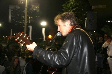 以色列著名的歌星 Berry Sakharof到集會現場義演支持(Yaira Yasmin/大紀元)