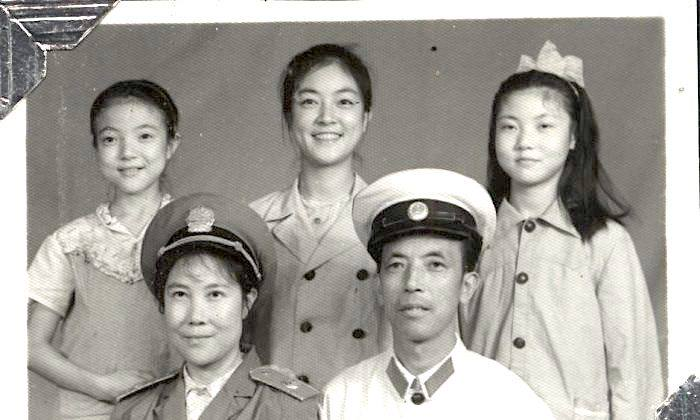 My mother was finally allowed to join my father after I had gone to Beijing for university. This family photo was taken during my school vacation when I traveled back to Mianyang. The uniform worn by my father was actually for police officers, though he was a lawyer. At that time the legal system in China was still in the initial process of re-establishment, and lawyers were wearing police officer's uniforms.我上大學後,父母纔總算團聚。這是我大學期間回家探親時照的。當時父親還在司法局工作,穿的制服跟公安幹警一樣。似乎剛剛重建「公、檢、法」時,一切都還有點亂,所以司法局的幹部穿的也是公安的制服。