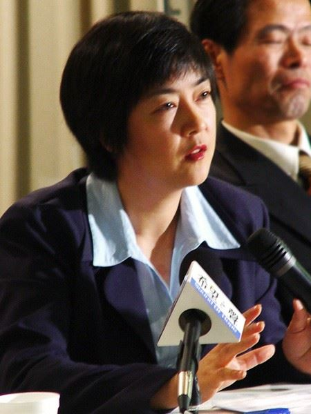 "Jennifer speaking at a public forum about  ""Nine Commentaries on the Chinese Communist Party""  in Melbourne, Australia, in 2004. 曾錚2004年在澳大利亞墨爾本《九評共產黨研討會》上發言。"