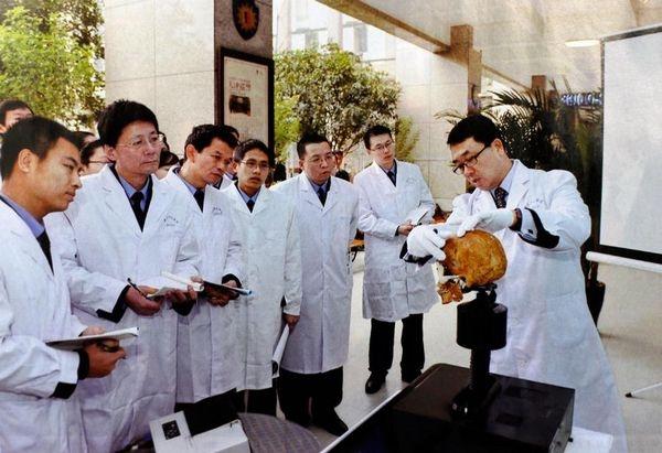 沒有醫學背景的王立軍(右1)被曝熱衷器官移植研究,參與中共系統活體摘取法輪功學員器官的罪行。(網路圖片)