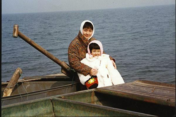 「我看著女兒的小臉,想交代母親兩句,讓他們將她送回北京或督促她好好寫作業,又覺多余,什麼也沒說。」(曾錚與女兒攝於河南平頂山。)