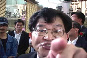 「僑領」花俊雄在謾罵法輪功學員