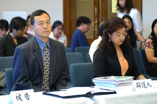 被告辯護人陳弘莘、袁鐵民在辯護席上(大紀元)