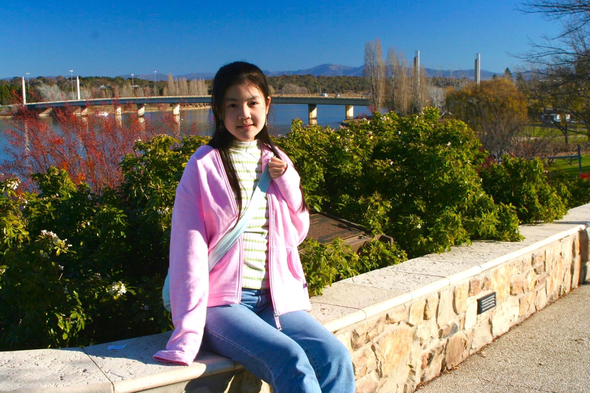 Jennifer Zeng's daughter at Canberra, Australia in 2006. 曾錚的女兒2006年攝於澳大利亞首都堪培拉。