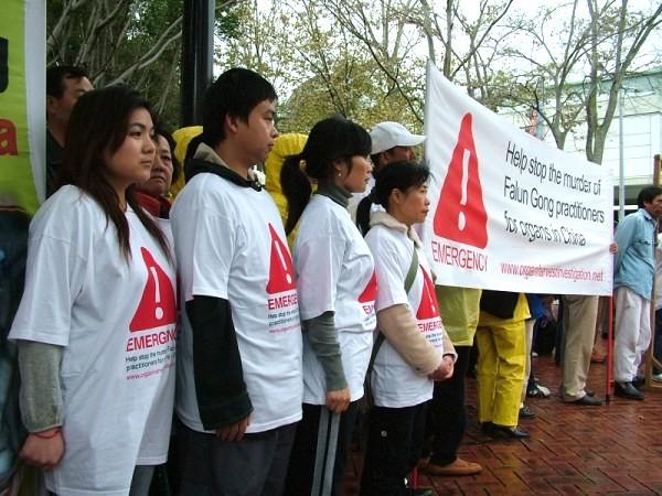 悉尼的 法輪功 學員於大會開幕當日在會展中心前舉行集會(攝影:大紀元/駱亞)