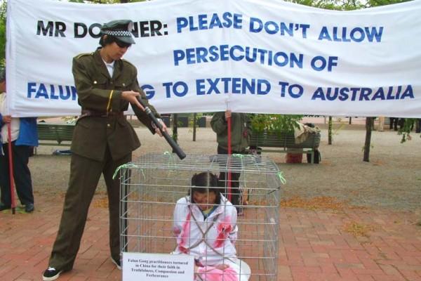 澳洲法輪功團體在坎培拉外交部前舉行反酷刑展