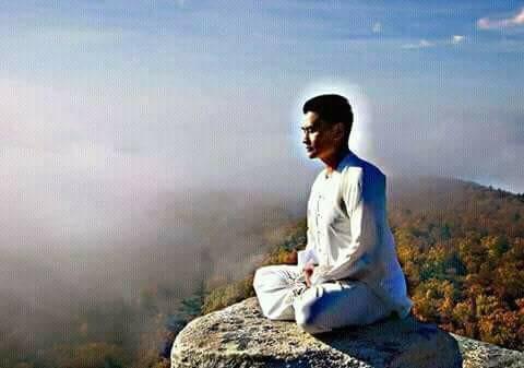 Falun Gong practitioner and martial arts master  Longfei Yang  meditating. 法輪功學員、武術大師、心武門創始者 楊龍飛 在打坐。
