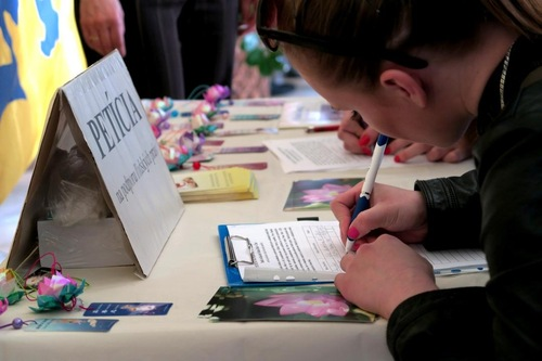 Students sign the petition after the screening, asking their government to help end the persecution of Falun Gong in China.