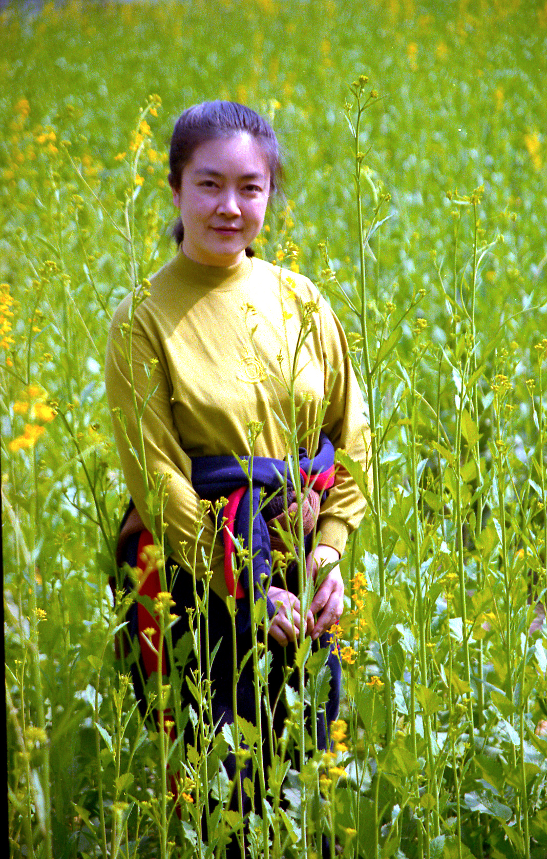 Jennifer at the suburb and Mianyang City, Sichuan Province, China in 1998. 曾錚1998年初攝於四川綿陽郊區。