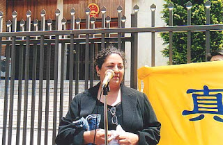 Myrna Mack talks about her experiences in Beijing at the press conference in front of the Chinese Consulate in Sydney on November 22, 2001.(en.ming.org) 孟娜(Myrna Mack)2001年11月22日在悉尼中領前舉行的新聞發布會上講述自己在北京的經歷。(圖片來源:明慧網)