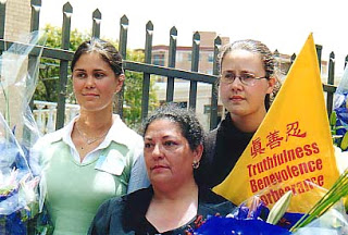 Three Falun Gong practitioners from Sydney who participated in the protest at Tiananmen Sqaure,Kate Douglass  Kate Vereshaka , Myrna Mack and Kay Belonogoff Rubacek, at the press conference in front of the Chinese Consulate in Sydney on November 22, 2001.(en.ming.org) 三名來自悉尼的參與36名西人法輪功學員天安門抗議活動的西人孟娜(Myrna Mack)、Kate Douglass Vereshaka 和Kate Rubacek 2001年11月22日在悉尼中領前舉行的新聞發布會上。(圖片來源:明慧網)